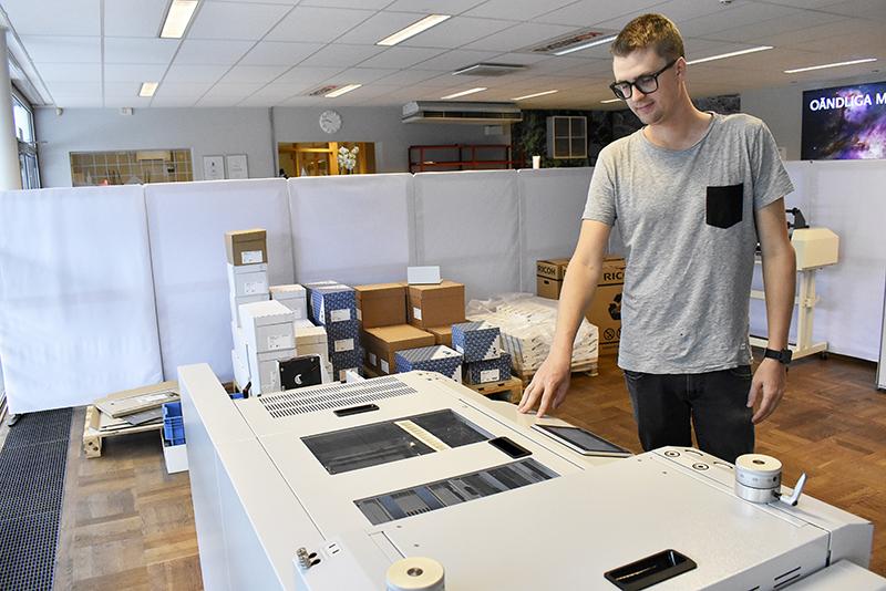 Oscar Evaldsson förbereder en körning i stans- och bigmaskinen.