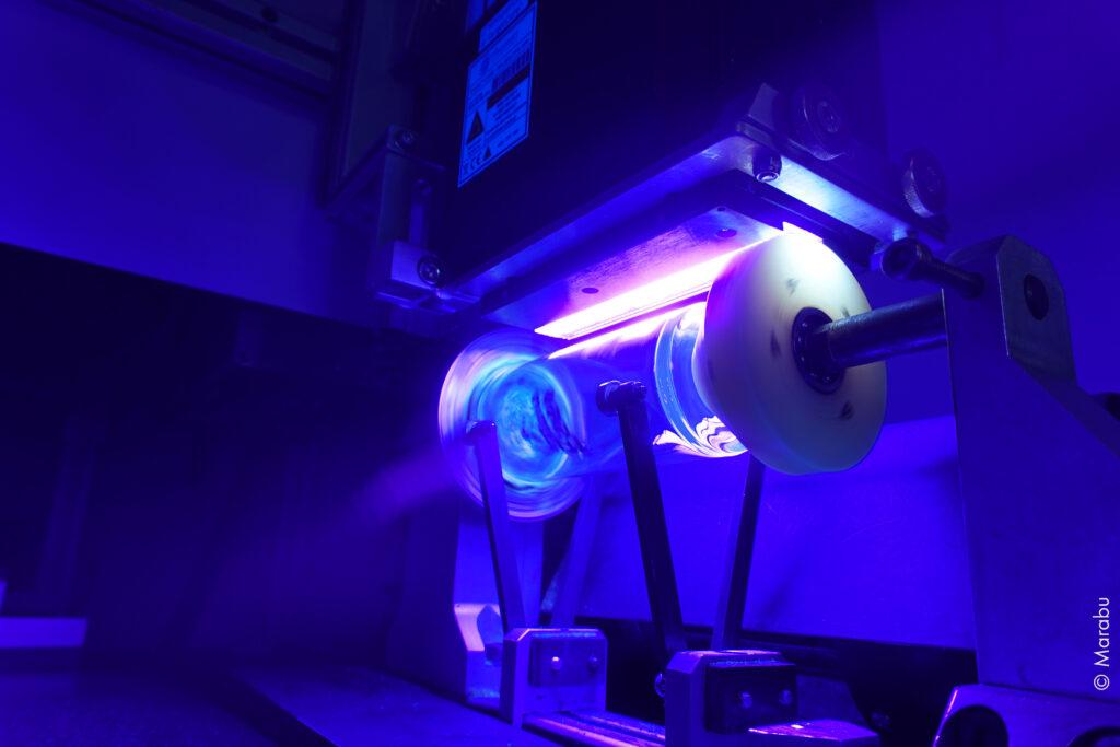 Färgen härdas och fäster på glasytan med en UV-LED lampa. Foto: Marabu